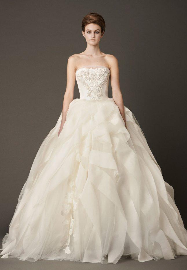 f00946721 Una colección femenina y romántica con vestidos en corte sirena o princesa  adornados con volantes o capas de tul y exquisitas pedrerías.