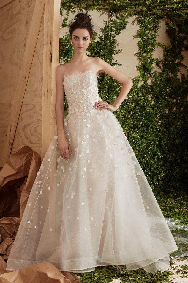 3945bc668c ... en la artesanía de alta costura cada vestido de Carolina Herrera es una  expression de la personalidad de la novia, un reflejo de su lado más bello.