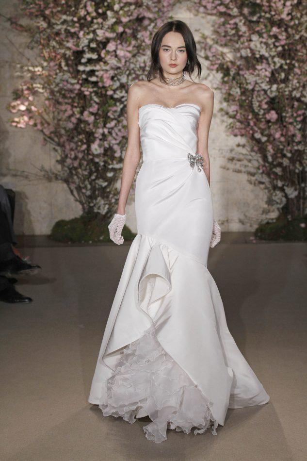 fd61fd6a5 Sobre este vestido  La delgada caída i la dramática influencia que tiene de  La Renta de su fondo Latino se ve plasmada en este vestido.