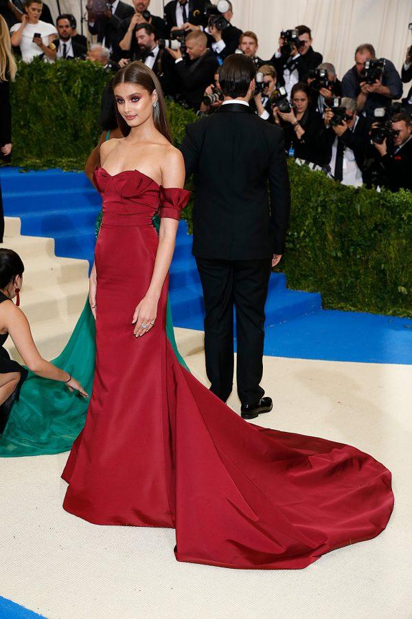 9470b77bf Taylor Hill en un vestido Rojo de Carolina Herrera